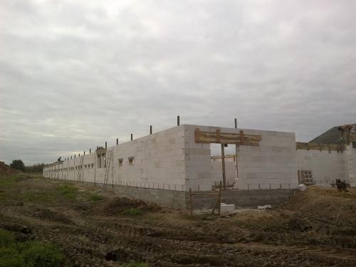Kurnik z betonu komórkowego – dobór materiałów ściennych